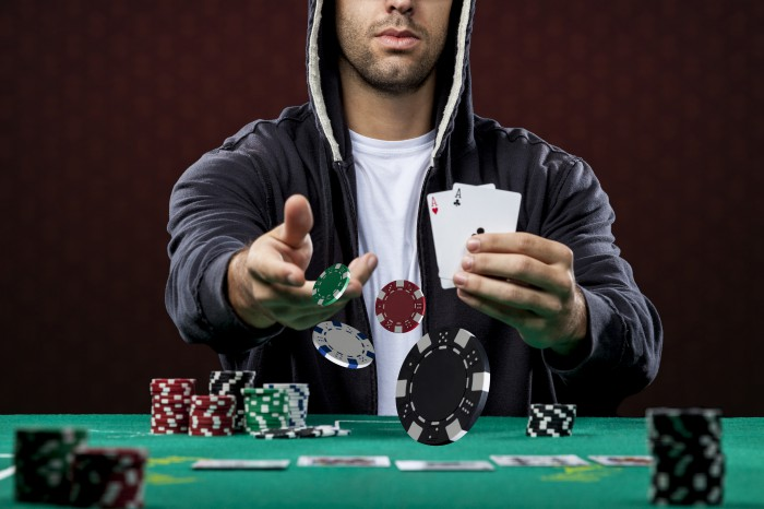 How to play poker when chip leader
